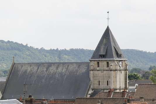 Vue de l'église de Saint-Etienne-du-Rouvray, où un prêtre a été tué par deux individus se réclamant de l'Etat islamique, mardi 26 juillet.
