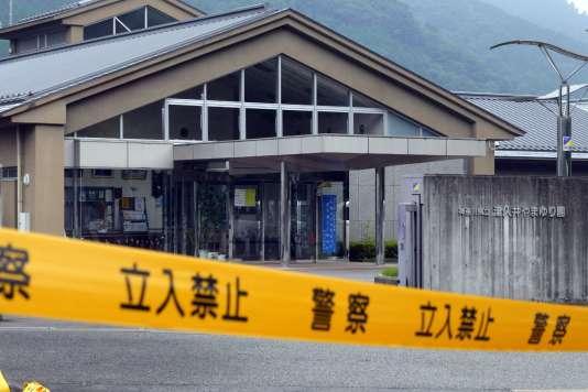 Derrière le ruban de la police, le centre de soin Tsukui Yamayuri-En, le 26 juillet.