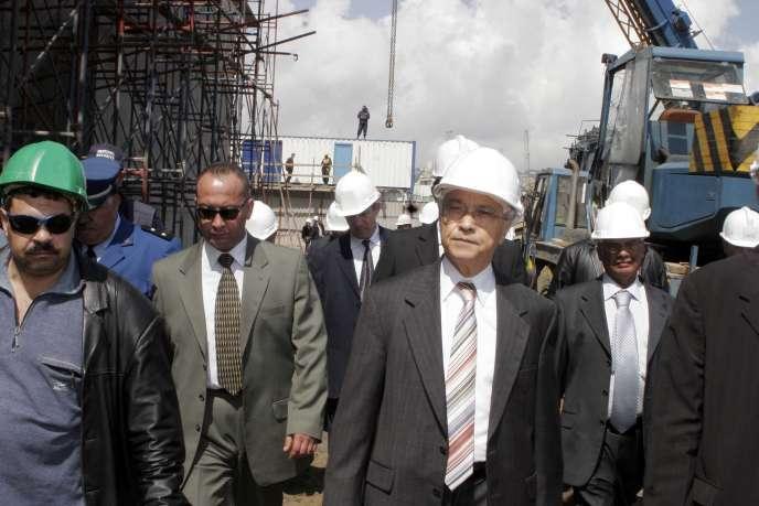 Chekib Khelil (au centre ), alors ministre algérien de l'énergie, ici en 2007. Les juges italiens le soupçonnent d'avoir contraint ENI à utiliserFarid Bedjaoui comme intermédiaire, afin d'organiser la redistribution des commissions, notamment à son épouse.
