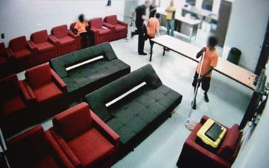 Cette capture d'écran de l'émission« Four Corners», sur la chaîne australienne ABC, montre des abus commis par des agents pénitentiaires dans un centre de détention pour mineurs à Darwin, dans le Territoire du Nord.