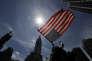 A partisan de Bernie Sanders brandit un drapeau des Etats-Unis devant l'hôtel de ville de Philadelphie, le 26 juillet.
