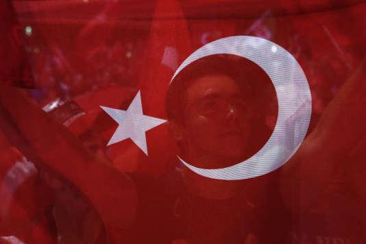 Manifestation antiputsch place Taksim, à Istanbul, le 26juillet.