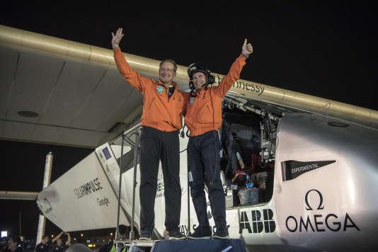 L'avion (piloté par Bertrand Piccard, à dr., et André Borschberg),capable de voler jour et nuit avec l'énergie solaire comme unique carburant, s'est posé sans encombre à l'aéroport Al-Batten, près de la capitale des Emirats arabes unis.