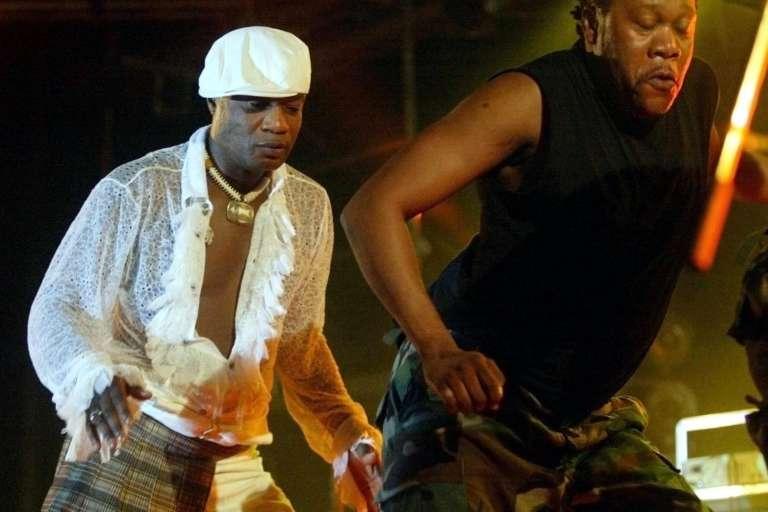 Koffi Olomidé (à gauche) lors d'un concert à Dakar en 2005.
