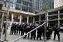 Des policiers montent la garde devant le Palacio Capanema, lundi 25 juillet, durant l'exposition des artistes.