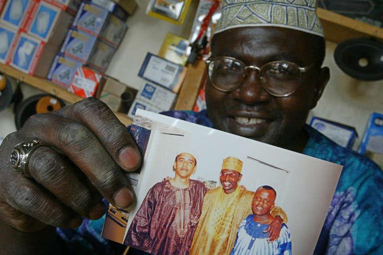 Malik Obama, le demi-frère du président américain, dans sa boutique au Kenya.
