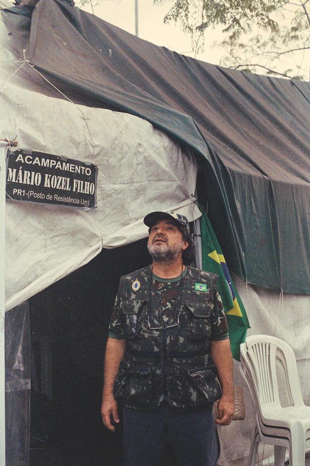 Voilà un an qu'Adans Ghizzi campe avec sa troupe sur l'avenue Mário Kozel Filho, à São Paulo. Il réclame une nouvelle« intervention militaire ».