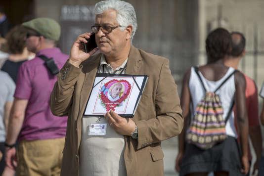 A l'extérieur de la cathédrale Notre-Dame de Paris, le 27 juillet.