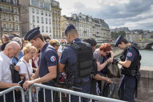 Dispositif de sécurité avant une cérémonie à Notre-Dame, à Paris, à la suite de l'attentat de St-Etienne du Rouvray, le 27 juillet.