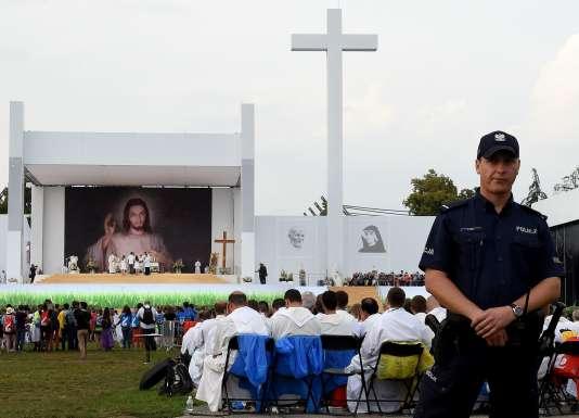Un policier présent lors de la messe d'ouverture des Journées mondiales de la jeunesse, à Cracovie le 26 juillet.