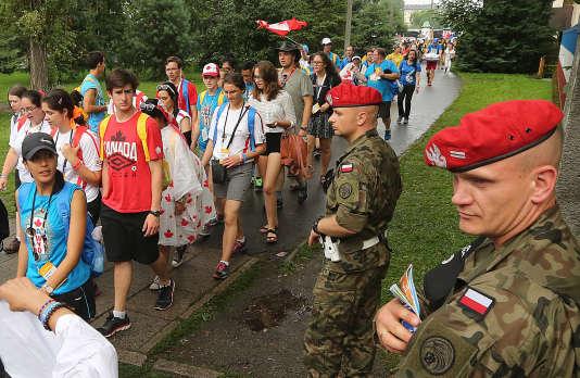La police militaire surveille les pèlerins venus assister à la messe d'ouverture des Journées mondiales de la jeunesse, à Cracovie, le 26 juillet.
