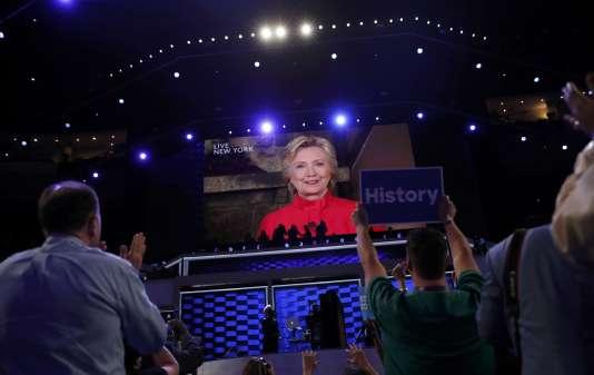 La candidate démocrate Hillary Clinton apparaît en direct depuis New York sur l'écran géant lors de la convention démocrate à Philadelphie, en Pennsylvanie, mardi 26 juillet 2016.