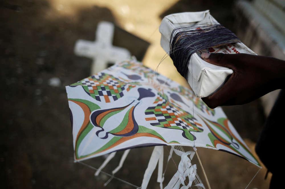 Un cerf-volant du bidonville de Vila Operaria, le 9juillet. Distraction pour les enfants ou outil pour alerter les trafiquants de l'approche des forces de l'ordre, les cerfs-volants font aussi l'objet de batailles entre les habitants des divers blocs.