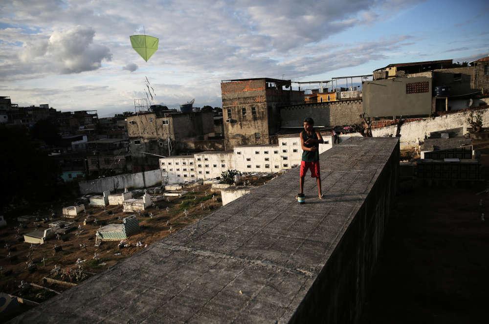 Sur un mur surplombant le cimetière de la favela, le 26juin.