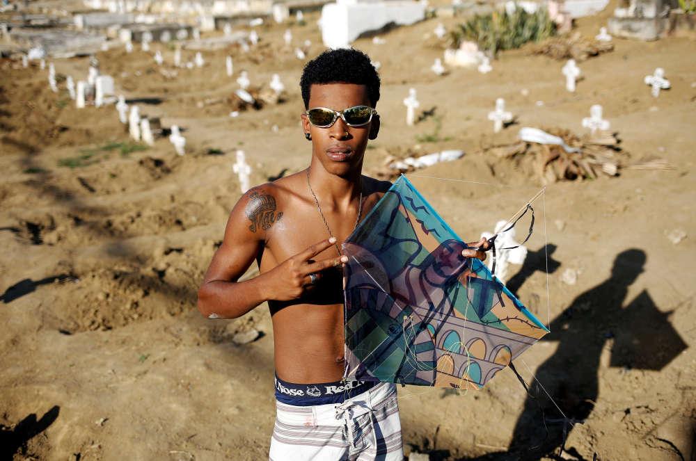 BalaJr, 17ans, pose avec son cerf-volant, le 10juillet.