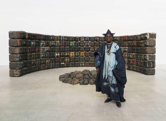 Romuald Hazoumè et son œuvre « Mongouv.com, 2015 », le 17 avril, à la galerie Gagosian au Bourget (Seine-Saint-Denis).