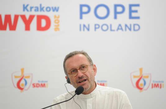 Olivier Ribadeau Dumas, secrétaire général de la Conférence des évêques de France, réagit à l'assassinat d'un prêtre en France, lors d'une conférence de presse, à Cracovie, le 26 juillet.