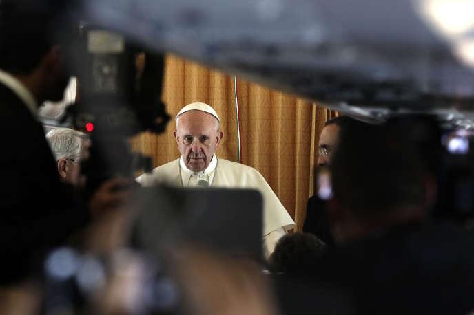 Le pape François dans l'avion qui le menait aux JMJ, mercredi 27 juillet.