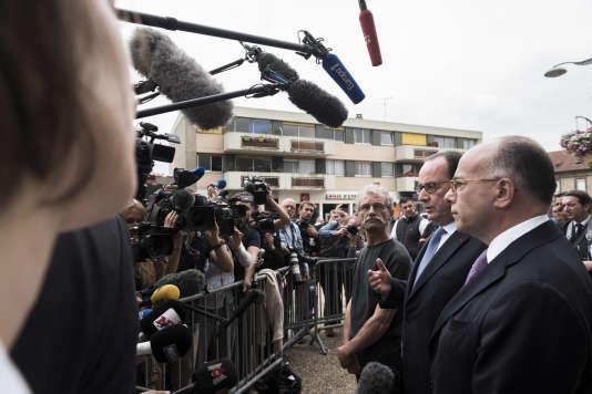Le maire de Saint-Etienne-du-Rouvray (Seine-Maritime), Hubert Wulfranc, le président de la République, François Hollande, et le ministre de l'intérieur, Bernard Cazeneuve, le 26 juillet.