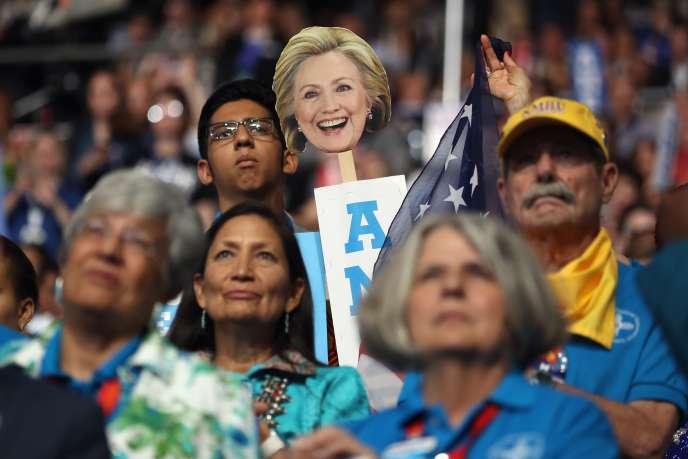 Une pancarte à l'effigie d'Hillary Clinton à la convention démocrate de Philadelphie, mardi.