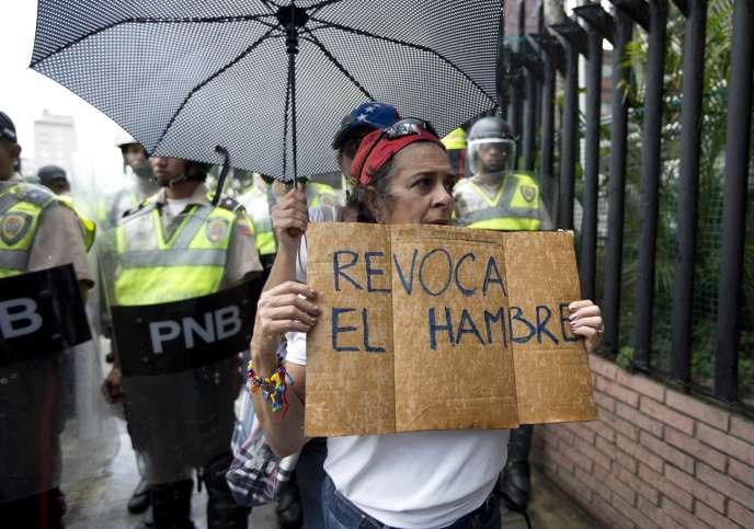 Une femme porte une pancarte« Révoquez la faim», le 27 juillet, lors d'une manifestation anti-Maduro à Caracas.