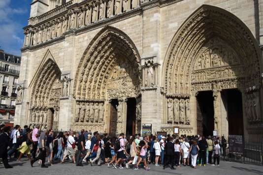 Une messe en hommage au père Hamel, tué à Saint-Etienne-du-Rouvray, s'est déroulée à Notre-Dame de Paris le 27 juillet, sous haute sécurité.