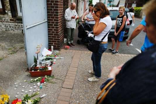 Des hommages ont été rendus à Jacques Hamel devant son domicile de Saint-Etienne-de-Rouvray.
