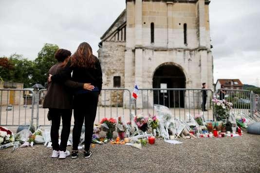 Recueillement devant l'église deSaint-Etienne du Rouvray, près de Rouen, le 27 juillet 2016.