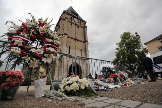 Devant l'église où le père Hamel a été tué, àSaint-Etienne-du-Rouvray.