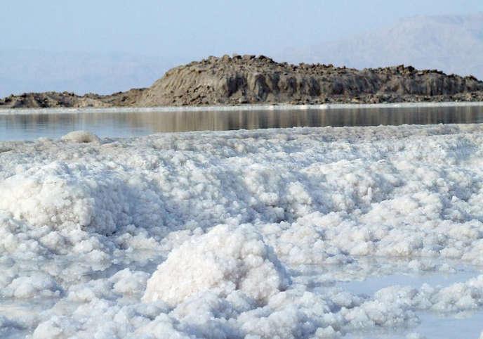 Avec 27,5% de sel, l'eau de la mer Morte bat le taux de salinité moyen des étendues d'eau.