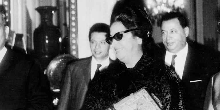 La chanteuse egyptienne  Oum Kalsoum lors d'une reception a l'ambassade d'Egypte, 56 av d'Iena, 75016 Paris  Paris, FRANCE - Novembre 1967