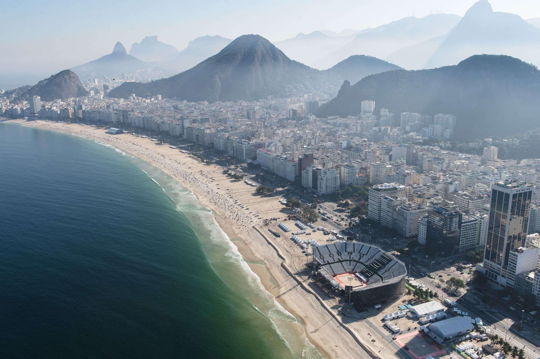 La plage de Copacabana, qui va accueillir les épreuves de beach-volley, de natation en eau libre, le départ de la course cycliste, ainsi que le triathlon offre un panorama superbe sur l'ensemble de la ville de Rio.