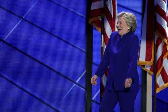 Hillary Clinton et son tailleur bleu, lors de la convention démocrate à Philadelphie (Pennsylvanie), mercredi 27 juillet