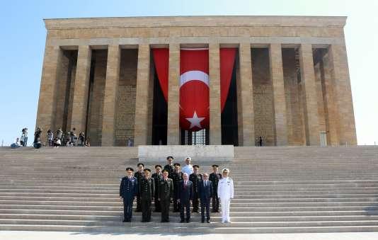Le premier ministre turcBinali Yildirim et des membres du conseil militairesuprême, à Ankara, le 28juillet.