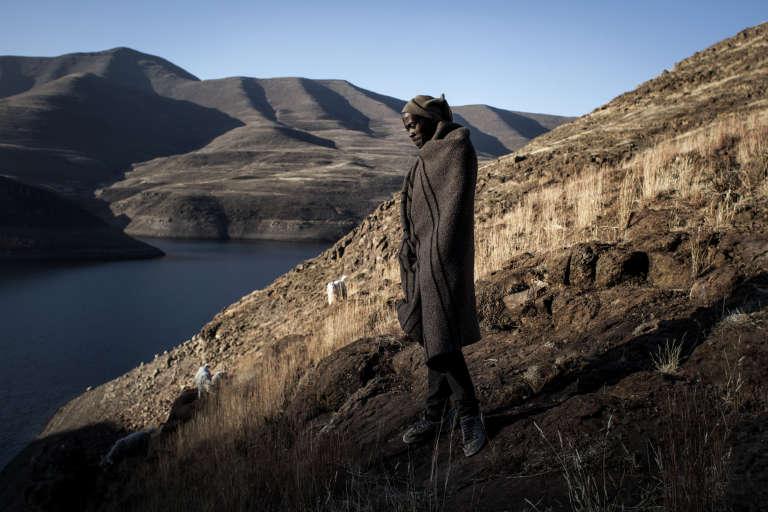 Shephard Ts'olo Lesofe, 20 ans, emmène secrètement ses moutons s'abreuver près du barrage Katse au Lesotho.