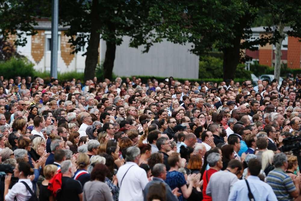 Plusieurs milliers de personnes se sont rassemblées à Saint-Etienne-du-Rouvray, jeudi28juillet.