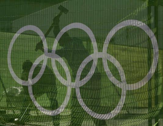Des ouvriers travaillent sur le site du Parc olympique de Rio, le 27 juillet.