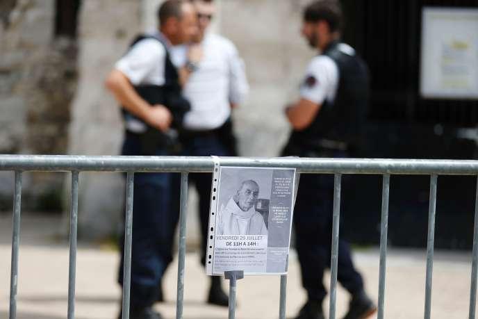 Une photo du prêtre Jacques Hamel, accrochée devant l'église de Saint-Etienne-du-Rouvray (Seine-Maritime), le 28 juillet.