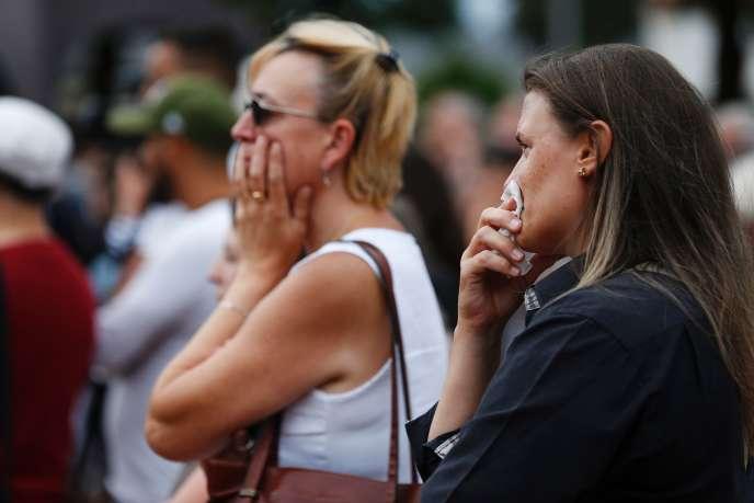 Jeudi 28 juillet, des riverains de Saint-Etienne-du-Rouvray (Seine-Maritime) assistent à l'hommage au prêtre Jacques Hamel, tué par deux membres de l'organisation Etat islamique le 26juillet.