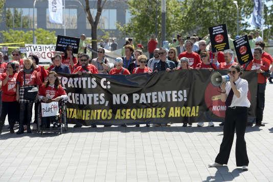 Des manifestants réclament un accès universel aux traitements pour les personnes contaminées par le virus de l'hépatite B, à Barcelone le 16 avril 2016.
