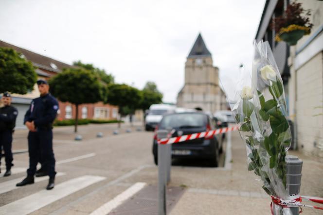 A quelques mètres de l'église de Saint-Etienne-du-Rouvray, où un prêtre a été assassiné par deux terroristes, mardi 26 juillet.
