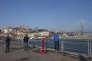 Jeunes gens désoeuvrés devant le nouveau pont reliant Vladivostok et l'île de Roussiki, érigé juste avant le sommet de l'APEC, en 2012.