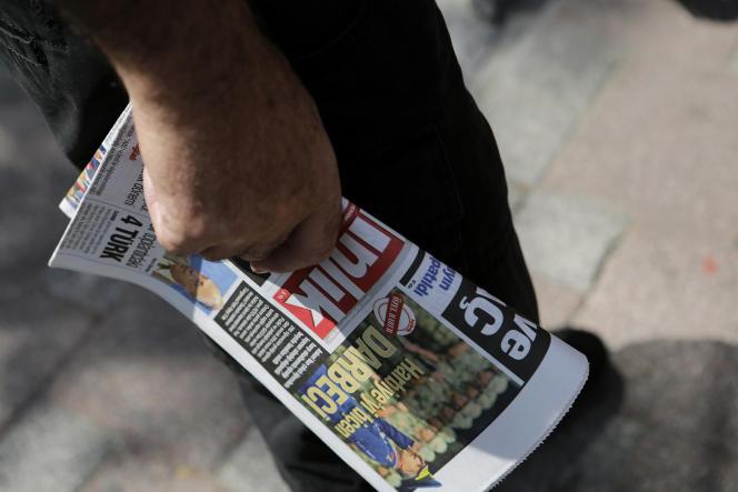 Un homme achète un journal dans un kiosque d'Istanbul, le 28 juillet.