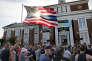 Le drapeau américain et des manifestants, le 28 juillet à Somerville.