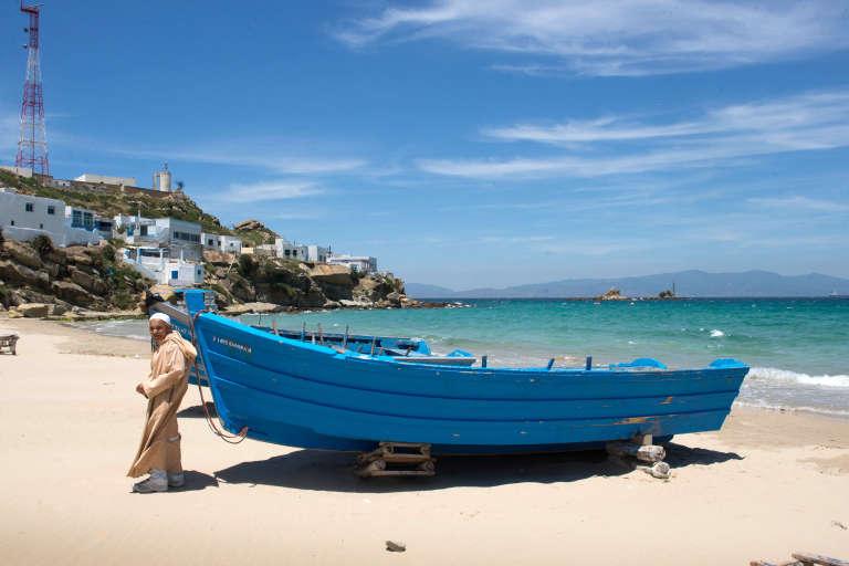 Sur une plage du nord du Maroc où pêche et contrebande s'entremêlent.