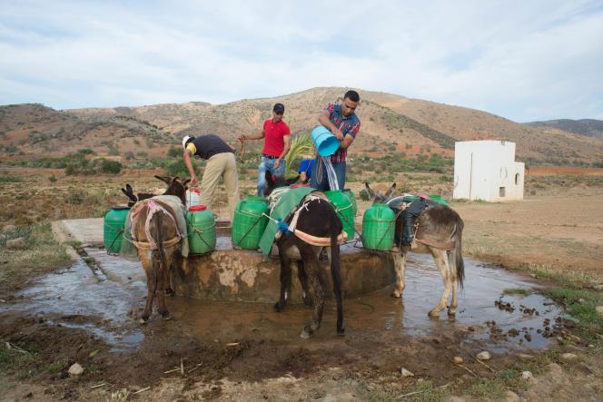 Provision d'eau dans les montagnes du Rif où les villages sont le plus souvent dépourvus d'eau courante.