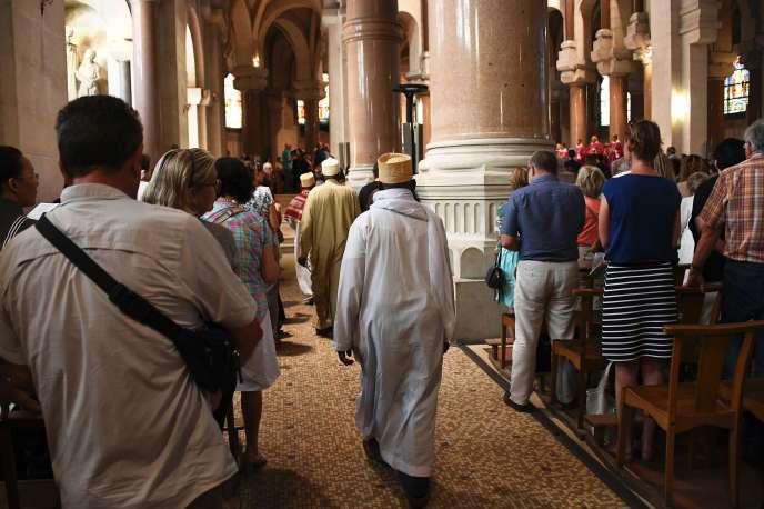 Des musulmans de la communauté comorienne assistent à la prière dans la Basilique du Sacré Cœur, à Marseille, le 26juillet.