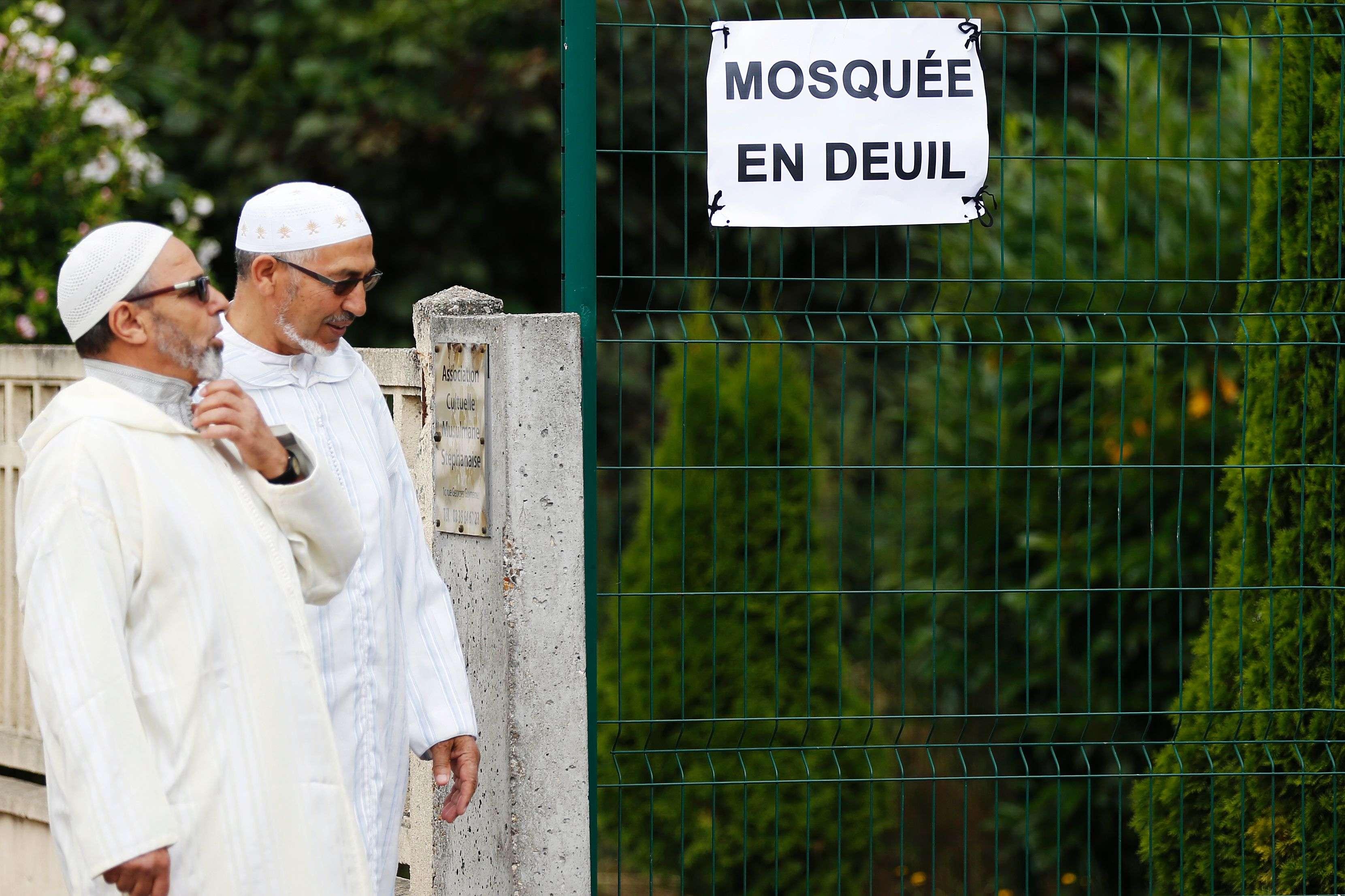 A l'entrée de la mosquée de Saint-Etienne-du Rouvray.