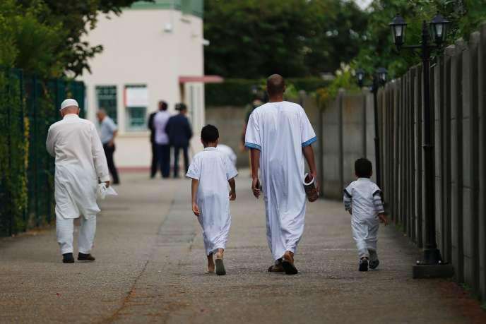 Devant la mosquéeYahya deSaint-Etienne-du-Rouvray.