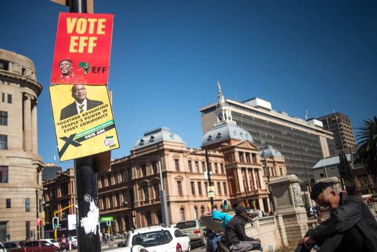 Affiches de l'ANC et de l'EFF dans les rues de Johannesburg, le 28 juillet 2016.